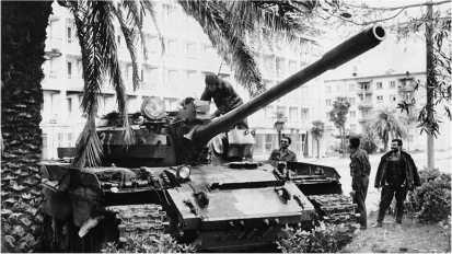 Грузинский танк Т-55АМ в Сухуми. 7 мая 1993 года.