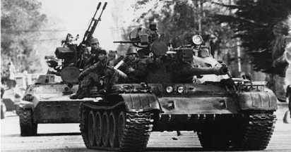 Танковая колонна правительственных войск (танк Т-55 и транспортер-тягач МТ-ЛБ с зенитной установкой ЗУ-23-2) движется в направлении г. Сенаки. Грузия, октябрь 1994 года.
