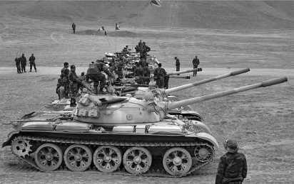 Средние танки Т-55 перуанской армии. На танках в качестве дополнительного вооружения установлены ПТУР 9М14М «Малютка».