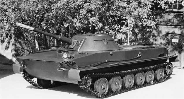 Танк ПТ-76 одной из первых производственных серий. Обращают на себя внимание гладкие штампованные опорные катки и фара ФГ-10 в паре с сигналом на верхнем носовом листе корпуса.