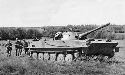 Плавающий танк ПТ-76 ранних выпусков на тактических занятиях в одной из частей Советской армии. 1970 год.