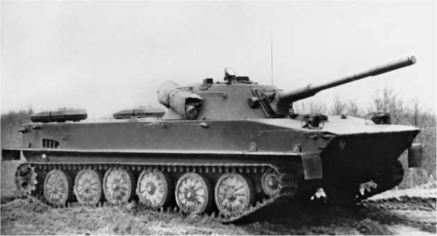 ПТ-76 поздних выпусков (до 1957 года). У этой машины опорные катки позднего типа (с выштамповками) и прямоугольные 95-литровые дополнительные топливные баки.