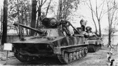 ПТ-76Б поздних выпусков и Т-55АМ из состава 336-й гвардейской бригады морской пехоты Балтийского флота. Снимок начала 1990-х годов.