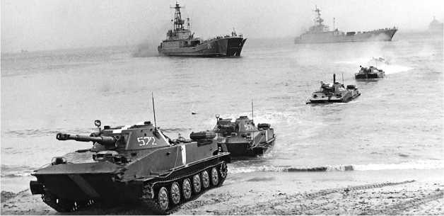 Танки ПТ-76Б высаживаются со средних десантных кораблей проекта 773. Учения «Осень-88», сентябрь 1988 года.