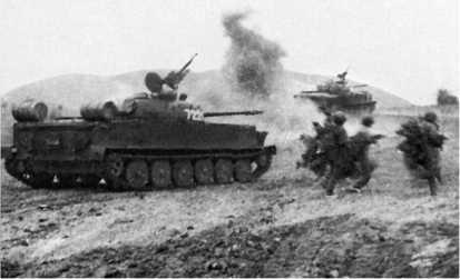 Взвод плавающих китайских танков Туре 63-I из состава 202-го танкового полка ВНА поддерживает атаку пехоты. Вьетнам, 1972 год.