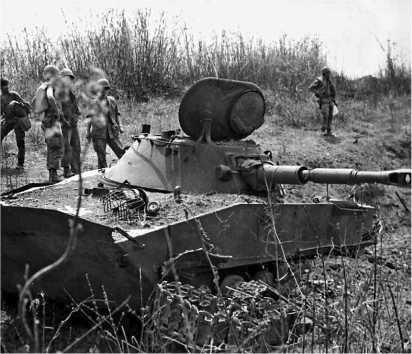 Американские солдаты осматривают подбитый северовьетнамский ПТ-76.