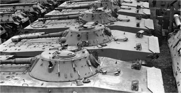 Списанные танки ПТ-76Б Войска Польского. Варшава, 1997 год.