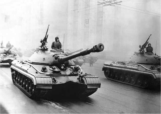 Тяжелые танки Т-10А на Красной площади. Москва, 7 ноября 1957 года.