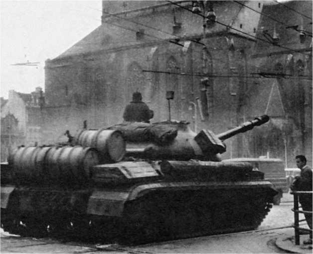 Танки Т-10М на площади Республики в г. Пльзень. Чехословакия, август 1968 года.
