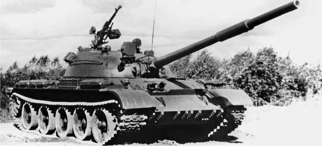 Танк Т-62 выпуска 1972 года. Главным отличием стала установка <a href='https://arsenal-info.ru/b/book/3005399322/33' target='_self'>зенитного пулемета</a> ДШКМ на люке заряжающего.