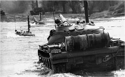 Танки Т-62 форсируют р. Одру во время учений. Польша, октябрь 1969 года.