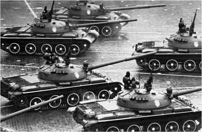 Танки Т-62 выходят на Красную площадь. 7 ноября 1973 года.