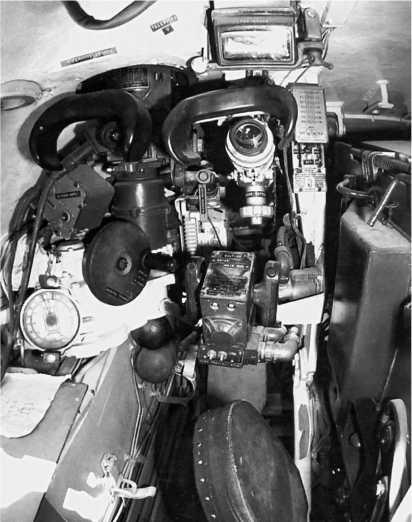 Рабочее место наводчика. Обращает на себя внимание расположение прицелов. Справа — телескопический прицел ТШ2Б-41, слева — перископический ночной прицел ТПН-1.