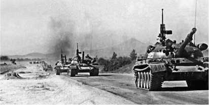 Колонна танков Т-62 на марше. Афганистан, июнь 1980 года.