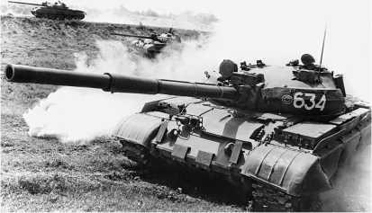 Модернизированный средний танк Т-62М. Налицо все внешние признаки этой машины: усиленное бронирование, лазерный дальномер, бортовые экраны и теплозащитный кожух пушки.