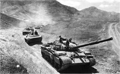 Танк Т-62М во главе колонны боевых машин пехоты БМП-1 на дороге Кабул — Джелалабад. Афганистан, 1985 год.
