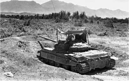 Танк Т-62М в окопе на одном из блок-постов 40-й армии. Афганистан, 1988 год.