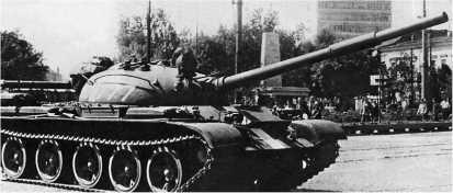 Советский танк Т-62 на улице словацкого города Кошице. Чехословакия, август 1968 года.