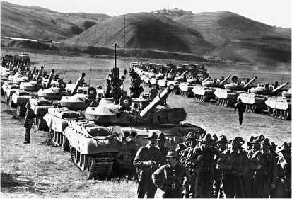 Танки Т-62М из 24-го <a href='https://arsenal-info.ru/b/book/1627328415/40' target='_self'>гвардейского танкового полка</a>. Кушка, 18 октября 1986 года.