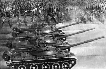 Танки Т-62 Революционных вооруженных сил Республики Куба на параде в Гаване.