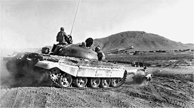 Использование танков Т-62 с катковыми минными тралами при сопровождении транспортных колонн было в Афганистане обычным явлением. Район Кандагара, 1988 год.