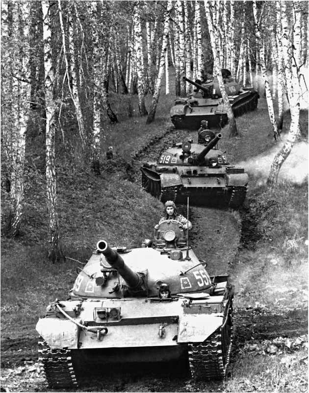 Танковое подразделение на марше. Третья машина в колонне — танк Т-54Б. Полигон Юрга, Сибирский военный округ, июль 1988 года.