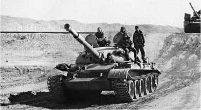 Танки Т-62 египетской армии на Синайском полуострове. Февраль 1974 года.