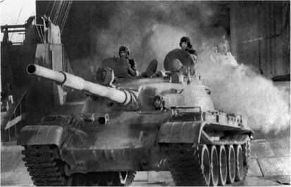 Танки Т-62 9-й сирийской танковой дивизии выгружаются в саудовском порту Янбу. Зима 1991 года.