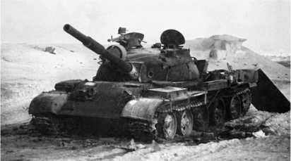 Сгоревший иракский танк Т-62. Кувейт, 1991 год.