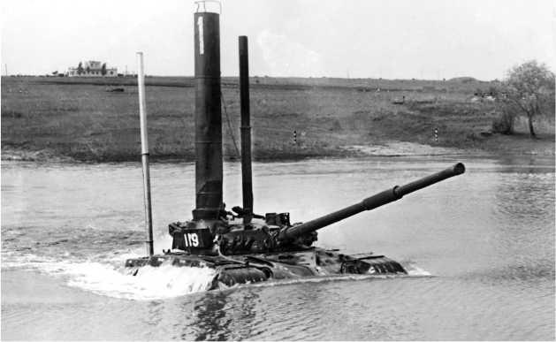 Танк Т-64Б-1 с установленным оборудованием для подводного вождения и трубой-лазом преодолевает водную преграду.