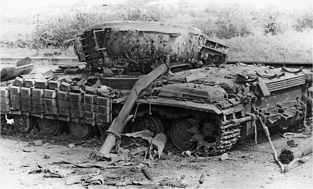 Танк Т-64БВ подбитый на окраине г. Бендеры. Приднестровье, июнь 1992 года. Башня танка сорвана взрывом боекомплекта.
