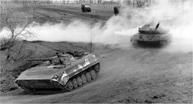 Танковый полк 14-й армии на учениях. Впереди — БМП-1П, сзади — Т-64БВ. Приднестровье, март 1995 года.