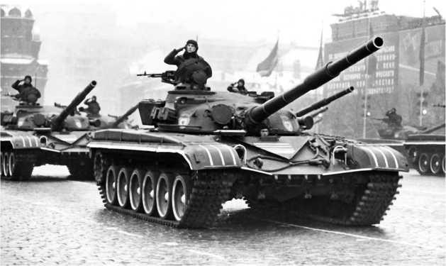 Основные танки Т-72 на Красной площади. 7 ноября 1977 года.