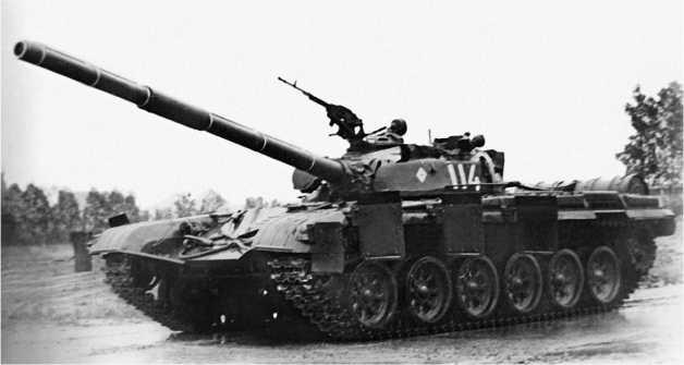 Танк Т-72 с бортовыми экранами, развернутыми в боевое положение.