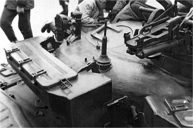 Кормовая часть башни. На переднем плане — ящик для ОПВТ и сухого пайка. Хорошо видны антенный ввод радиостанции Р-123, лючок для выброса поддонов и кронштейн с габаритным фонарем ГСТ-64 и фарой ФГ-126 с цифровой насадкой.