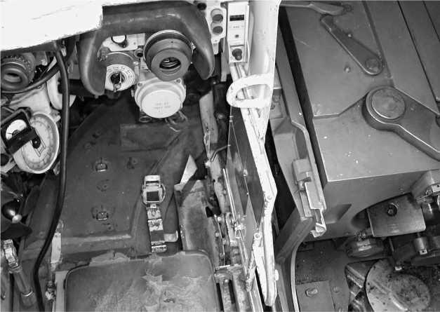 Вид на рабочее место наводчика через его люк. Хорошо видны налобник и окуляр прицел-дальномера ТПД-К1.