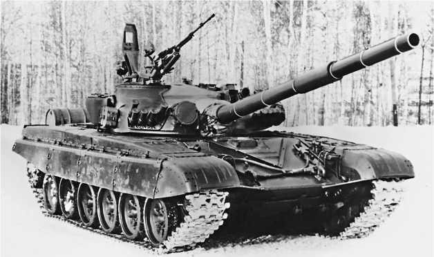 Танк Т-72А. Обращают на себя внимание сплошные резинотканевые экраны и дымовые гранатометы системы «Туча».