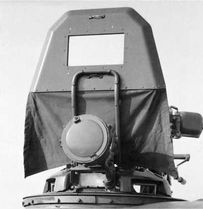 Защитный щиток, установленный на люке командира и защищавший его на марше от грязи и пыли.