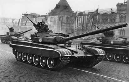 Танки Т-72Б-1 проходят по Красной площади. Москва, 7 ноября 1986 года.