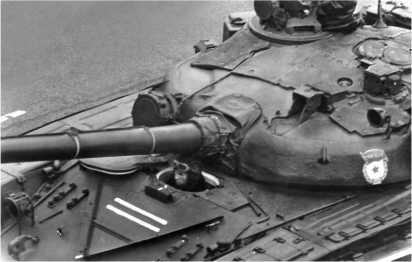 Вид сверху на Т-72Б-1. Хорошо видны дополнительный броневой лист, наваренный на лобовую броню корпуса, и противорадиационный надбой на башне.