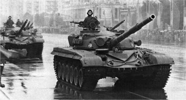 Одной из первых стран-участниц Варшавского договора, получивших танки Т-72, стала Германская Демократическая Республика. Танки Т-72 на параде в Берлине в день празднования 30-летия образования ГДР — 7 октября 1979 года.