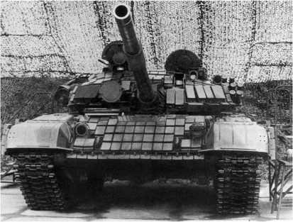 Танк Т-72Б, оснащенный комплексом динамической защиты «Контакт». Правее и выше амбразуры прицельного комплекса 1А40-1 хорошо видна открытая амбразура прицела-прибора наведения 1К13 комплекса управляемого вооружения.
