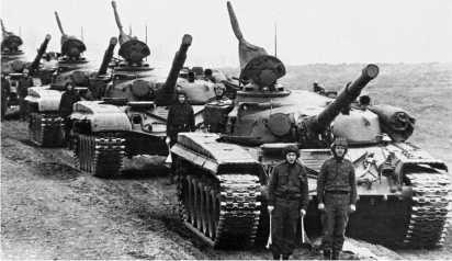 Колонна танков Т-72 румынской армии. Румыния получила меньше всего танков этого типа — около 30 единиц. Планировалось начать производство модернизированного варианта Т-72 — танка TR-125, но этого так и не произошло.