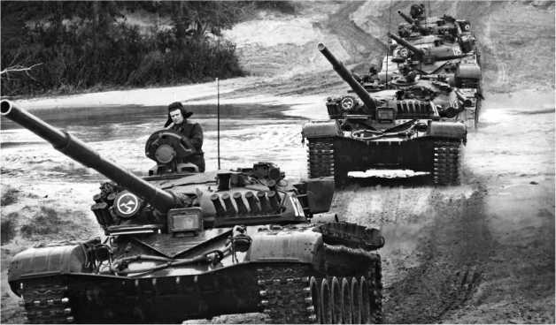 Колонна танков Т-72А 24-й мотострелковой дивизии Прикарпатского военного округа. 1987 год.