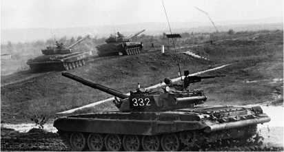 Танки Т-72А 4-й гвардейской танковой Кантемировской дивизии выдвигаются на танкодром. Московский военный округ, август 1988 года.