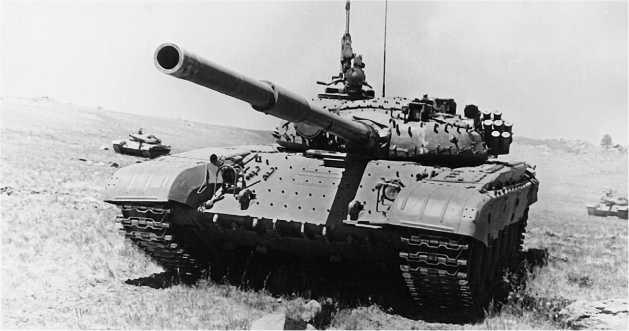Танк Т-72Б-1 на тактических занятиях. На машине установлены бонки для крепления блоков динамической за щиты, но сами блоки не установлены. 1988 год.