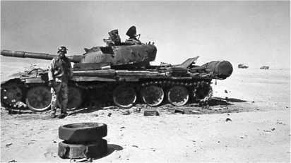 Подбитый иракский танк Т-72. Большинство потерь иракские танковые части понесли от ударов с воздуха различными видами кумулятивных боеприпасов. Результат попаданий, как правило, был одинаковым — взрыв боекомплекта и срыв башни с погона. Ирак, март 1991 года.