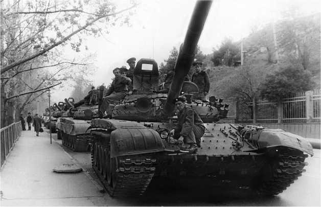 Танки Т-72Б (элементы навесной динамической защиты не установлены) на одной из улиц г. Тбилиси. Апрель 1989 года.