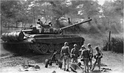 Под прикрытием танка Т-72А артиллеристы разворачивают на позиции 120-мм миномет. Нагорный Карабах, август 1990 года.