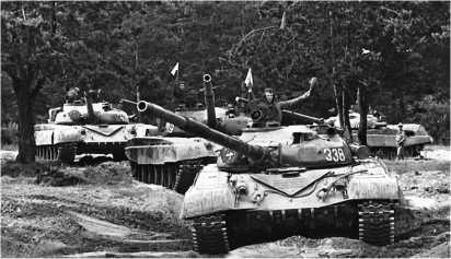 Взвод танков Т-72А на тактических занятиях. Прикарпатский военный округ, август 1990 года.